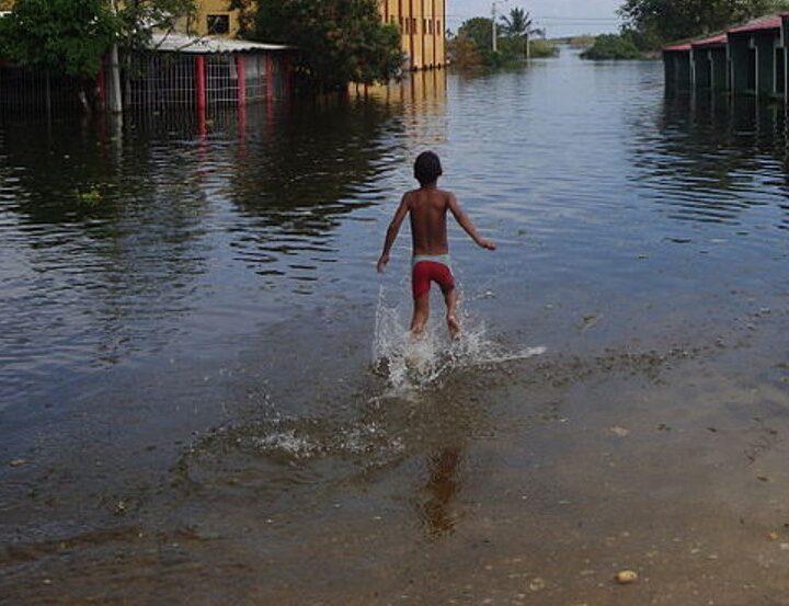 Moradores del barrio Villa Fátima de Riohacha, continuaron gravemente afectados por las inundaciones, sobre todo en el aguacero de ayer