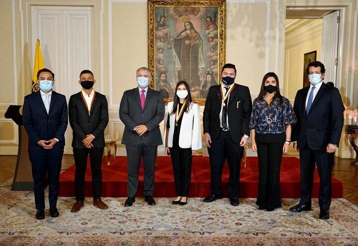 El Gobierno Nacional impuso la Condecoración Simón Bolívar en la Orden de Caballero a los tres estudiantes que lograron el máximo puntaje en las Pruebas Saber 11 en 2020 para el Calendario A