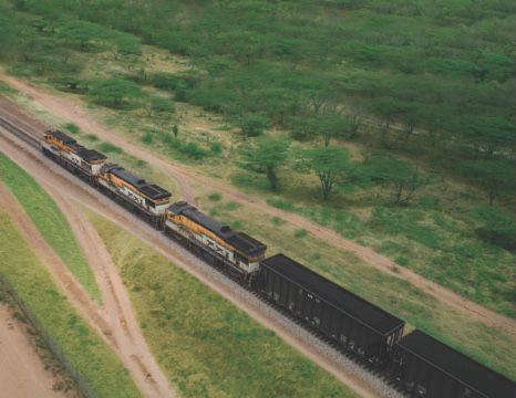 Indígenas bloquean la línea férrea
